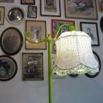 Lampeskjerm av gammel duk med påsydde perler