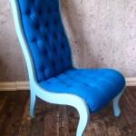 Blå stol med knapper trukket med detaljer fra en duk